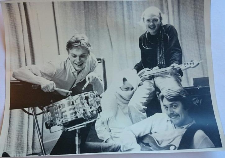 """En av få bilder på Bula Blues Band, och här har man lyckats få mer än hälften av medlemmarna samlade på samma bild: Mikael Brandt, Maria Hedås, Peter """"Lillen"""" Nilsson och liggande Lennart """"Bula"""" Fälth"""