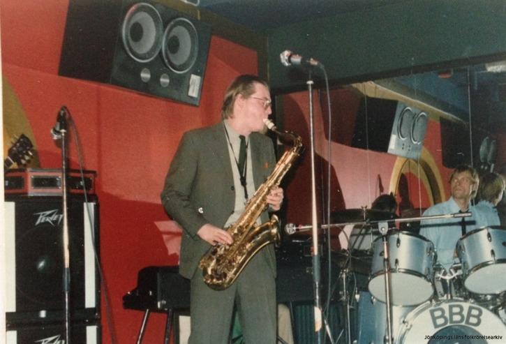 Stefan Valfridsson med saxofon, bakom honom trumslagare Mikael Brandt