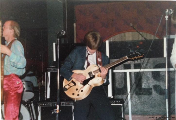 En Hagberg med en Hagström - alltså stilstudie av en koncentrerad Staffan Hagberg lirande på en snygg halvakustisk Hagström-gitarr. TIll vänster basisten Peter Nilsson.