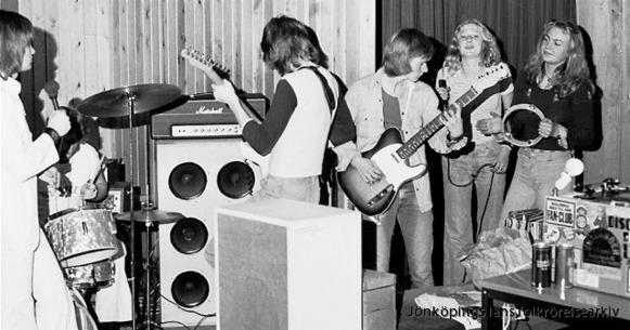 """Rocksjön på Per Brahegymnasiet 1973. Det är discjockey Lucas som har gjort dem till lite av husband när han är ute och dj:ar, bland annat på de så kallade """"Pesa-festerna"""". Foto: Lucas Söderberg."""