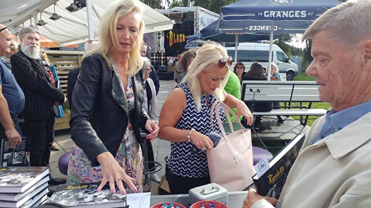 Bokförsäljningen sköttes av Suzanne Berger och Anna Sundin från Folkrörelsearkivet. Foto från Lars Fältskog (som står till höger).