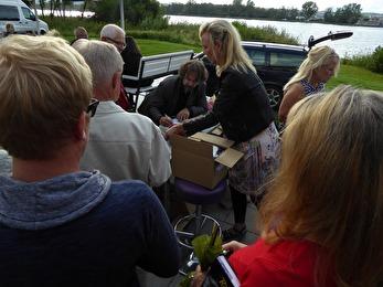 Här var det full rush med försäljning och signering - tur att det fanns fler exemplar av boken i bagagen! Foto: Stig Ljung.