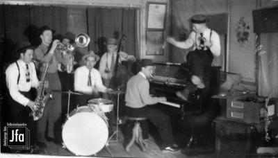 Conny Richs orkester i en tillfällig uppsättning i Forserums Folkets Park 1946. Foto ur Birger Creutz samling (JFA).