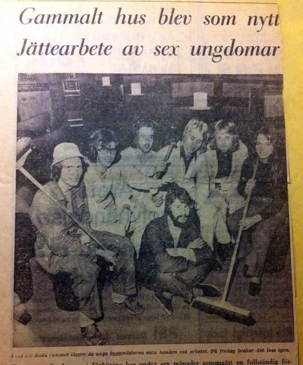 När lokalerna renoverades var tidningen på plats och gjorde ett reportage. Till höger med sopborste Margareta Järvhammar och längst fram i mitten Claes Lindkvist. Tidningsklipp från Tommy Sörensen.