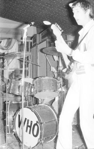 Bakom gitarristen Pete Townshend skymtar trumslagaren Keith Moon. Foto: Putte Merkert.