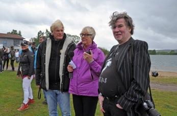 Det börjar strömma in folk. Arrangören Lucas Söderberg väntar tillsammans med Kerstin Arwidson från Jönköpings-Posten och rockfotograf Bruno Edberg som visade en utställning på hotellet. Foto: Lena Clarin.