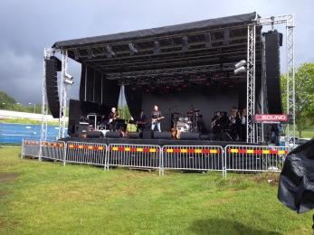 Mikael Lilja & co värmer upp en stund innan Mike´s Tumblin´´  Tones ska inleda festivalen. Foto: Lars Östvall.