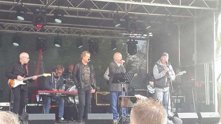 """KG 22 Band med tre fantastiska sångare tillsammans - Magnus Tallåker, Arne Söderlund från originaluppsättningen, och Nils """"Gollan"""" Möller. Foto: Johan Forsman."""