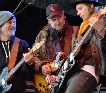 Anders F med sina gitarrister. Foto: Bruno Edberg.