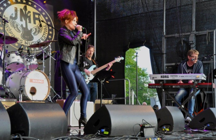 Annelie Rydé med jönköpingsmusikerna i Backline. Foto: Lena Clarin.