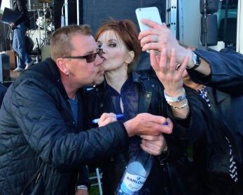 Påpassligt att ordna både autograf, puss och slefie med Annelie Rydé på en och samma gång! Foto: Bruno Edberg.