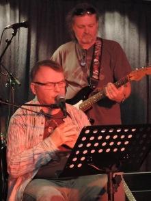 Dylan-tolkare Göran Hallqvist med kapellmästare Staffan Hagberg bakom ryggen. Foto: Anders Hallqvist.