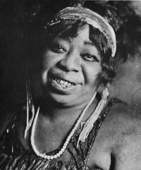 Av Okänd - http://www.courttheatre.org/season/article/ma_rainey_a_biography/, Public Domain, https://commons.wikimedia.org/w/index.php?curid=7740906