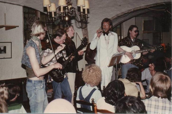 Dinky Boys spelade ofta på Bacchi Lyra, i flera olika sättningar. På scenen här syns bland andra Anders Tellander (bas) och sångaren Magnus Blomdahl i vit kostym. Längst till höger med gitarr står Gör