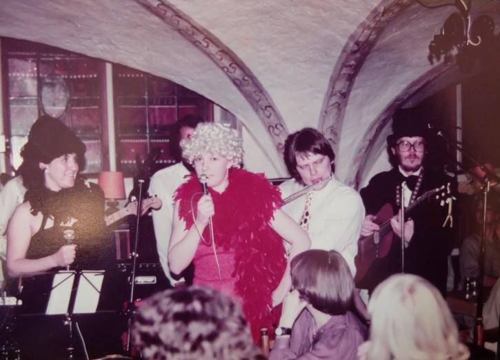 Dinky Boys hade många olika skepnader. Här framträder de under namnet Inges Schlageress med gäster. Denna gång stod framför allt schlagers på programmet. Foto från Göran Hallqvist.