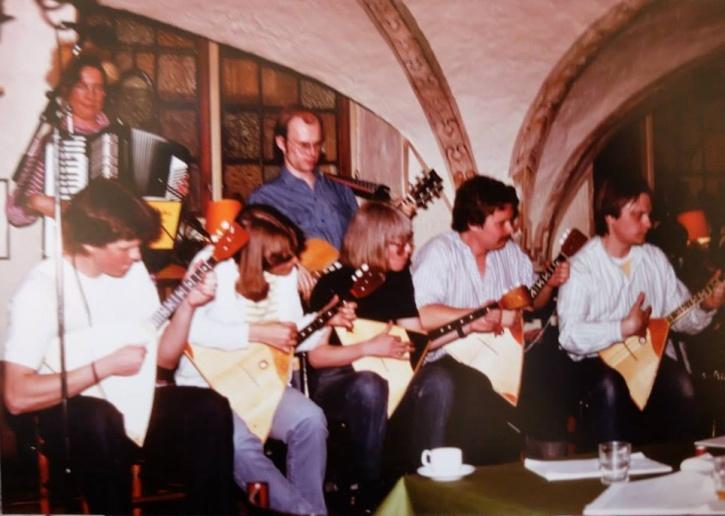 Södra Klinikernas Balalajkor, ca 1980. I bakre ledet Anders Tellander, i främre bland andra Håkan Bülow och Göran Hallqvist. Foto: Göran Hallqvist.