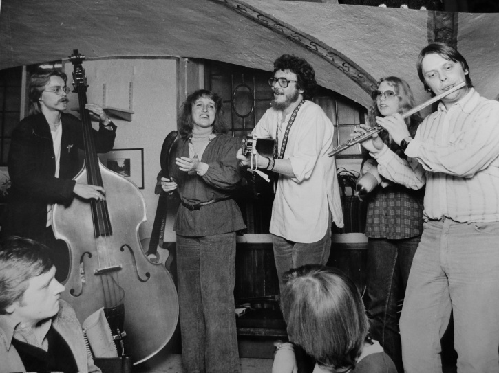 Ljongeld spelar på Mäster Gudmunds källare våren 1979. Då var både basisten Stefan Bellnäs och Kerstin Lindberg nya medlemmar.