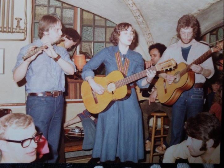 """Vinnebroa, våren 1977. Göran Hallqvist, Hasse """"Sme"""" Ericsson, Agneta Fransson, George Meyer och Magnus Blomdahl. Foto från Göran Hallqvist."""