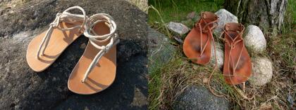 Många av våra sandaler och andra läderhantverk kommer i obehandlat vegetabiliskt garvat läder. När de är helt nya är de ljusa i färgen. Men med tiden, allt eftersom de används och smörjs in, får de en vacker brun patina.