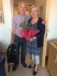 Tommy tackar avgående sekreterare Eva  Hallström med en blomma