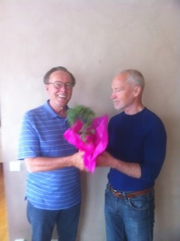 Leif Larsson avgående kassör avtackas med en blomma