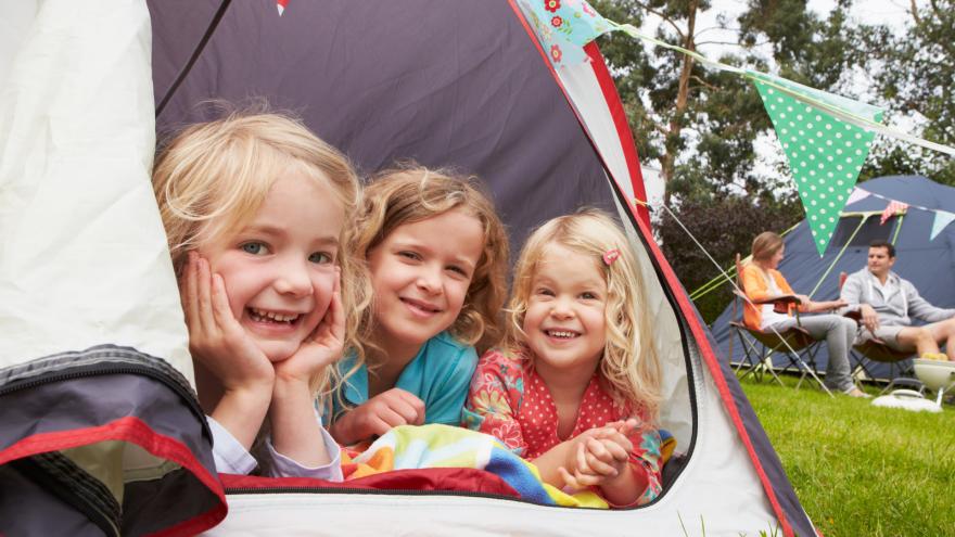 Barn som tältar på camping
