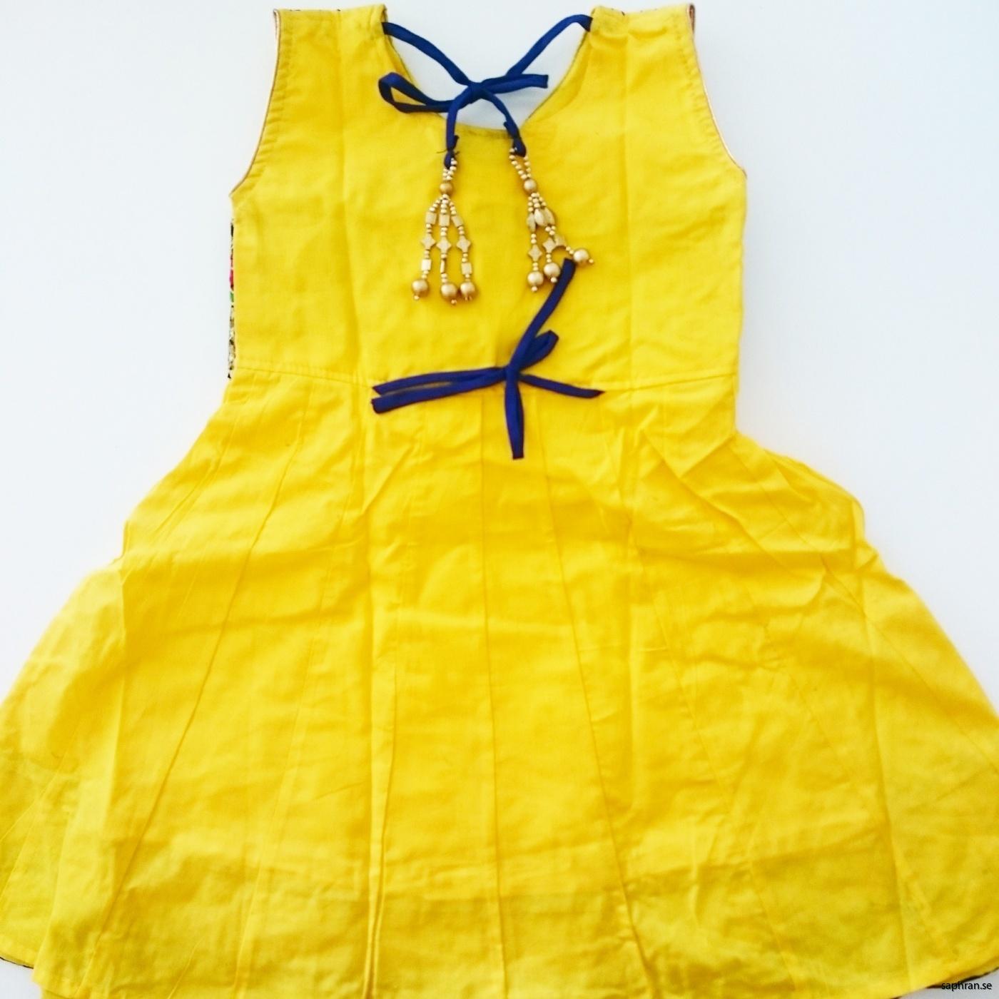 Indisk barnklänning Anna Gul bak