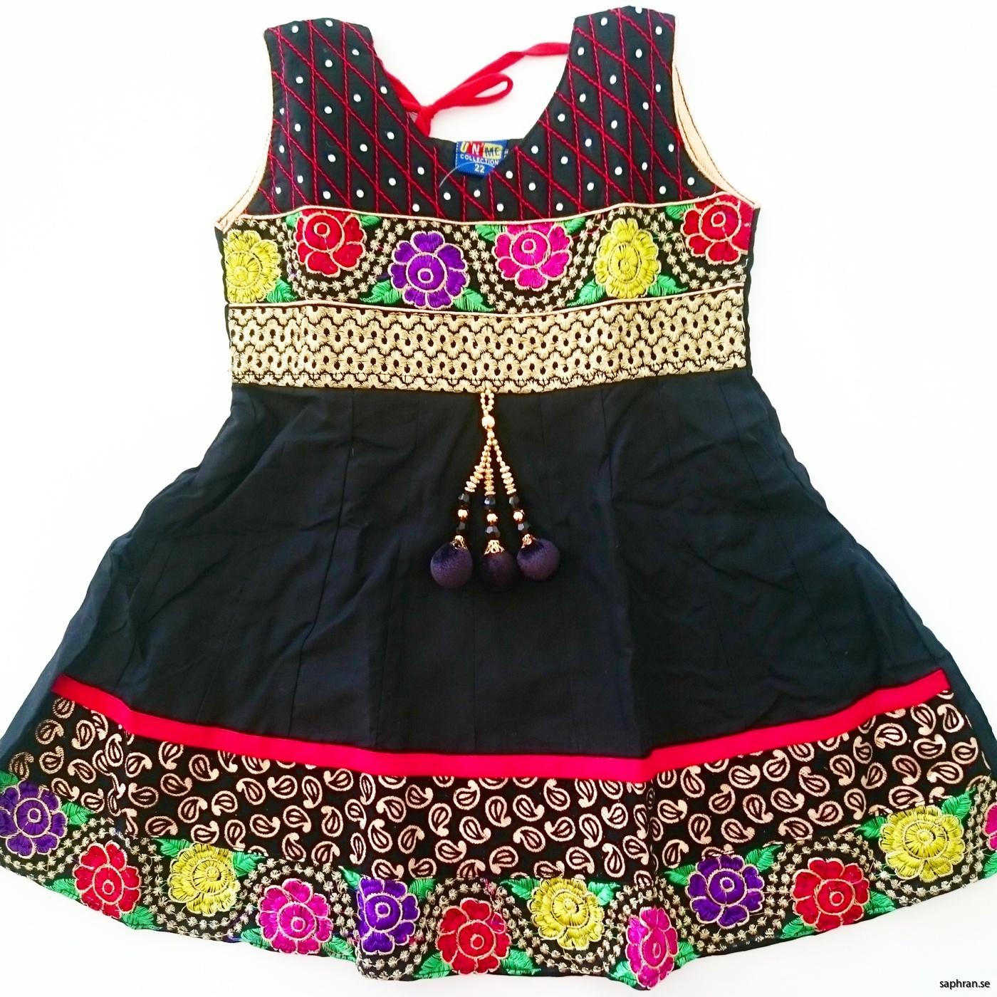 e1222c062ff Indisk barnklänninng nyår Anna Svart ...