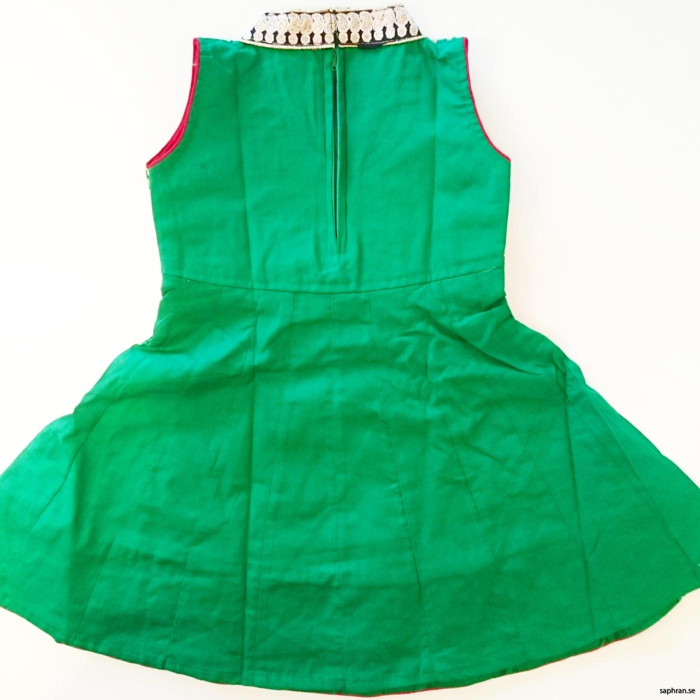 79595adefcb7 Barnklänning Aurora Grön bak Barnklänning jul, nyår ...