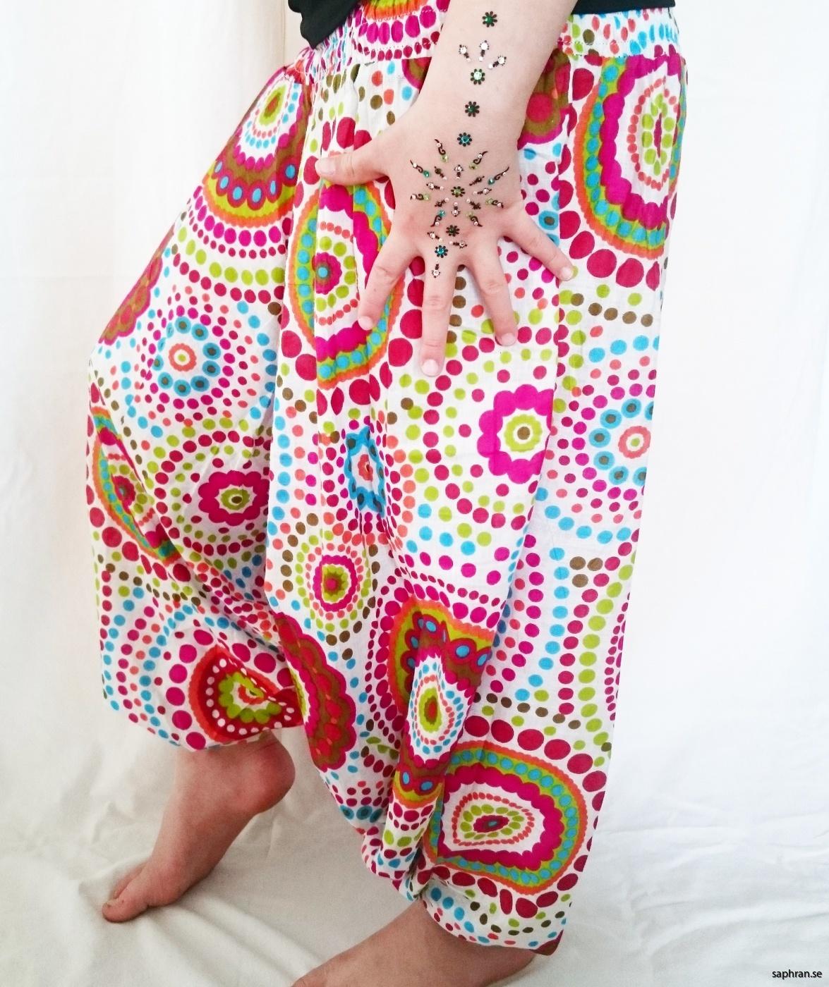 Haremsbyxor för barn med prickigt, färgglatt mönster från Indien.