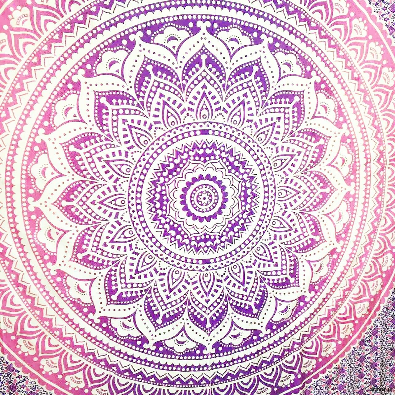 Vacker mandala i lila och rosa toner. Använd som picknickfilt eller sängöverkast.