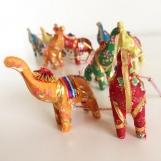 Hängande mobil med färgglada elefanter i kitschig Indisk stil