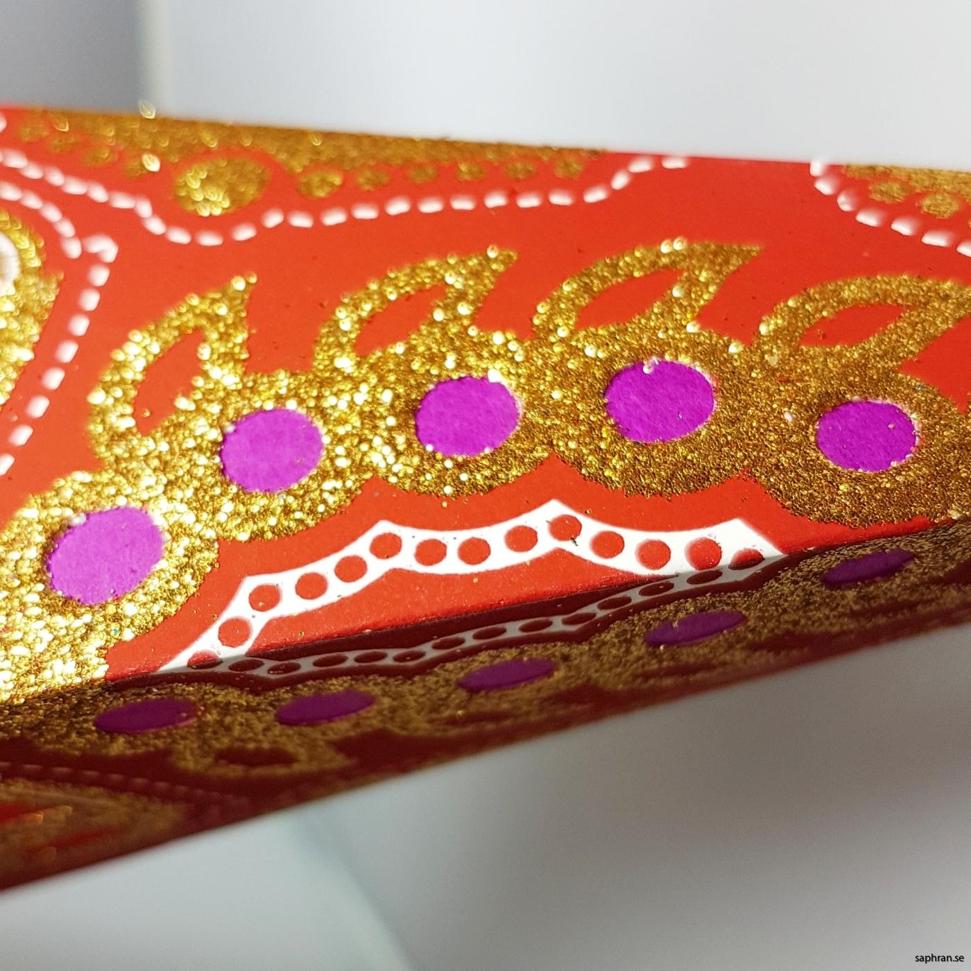 Orientalisk, röd julstjärna med varmt välkomnade sken