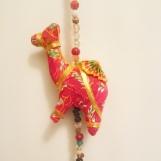 Hängande mobil med färgglada kameler i kitschig Indisk stil