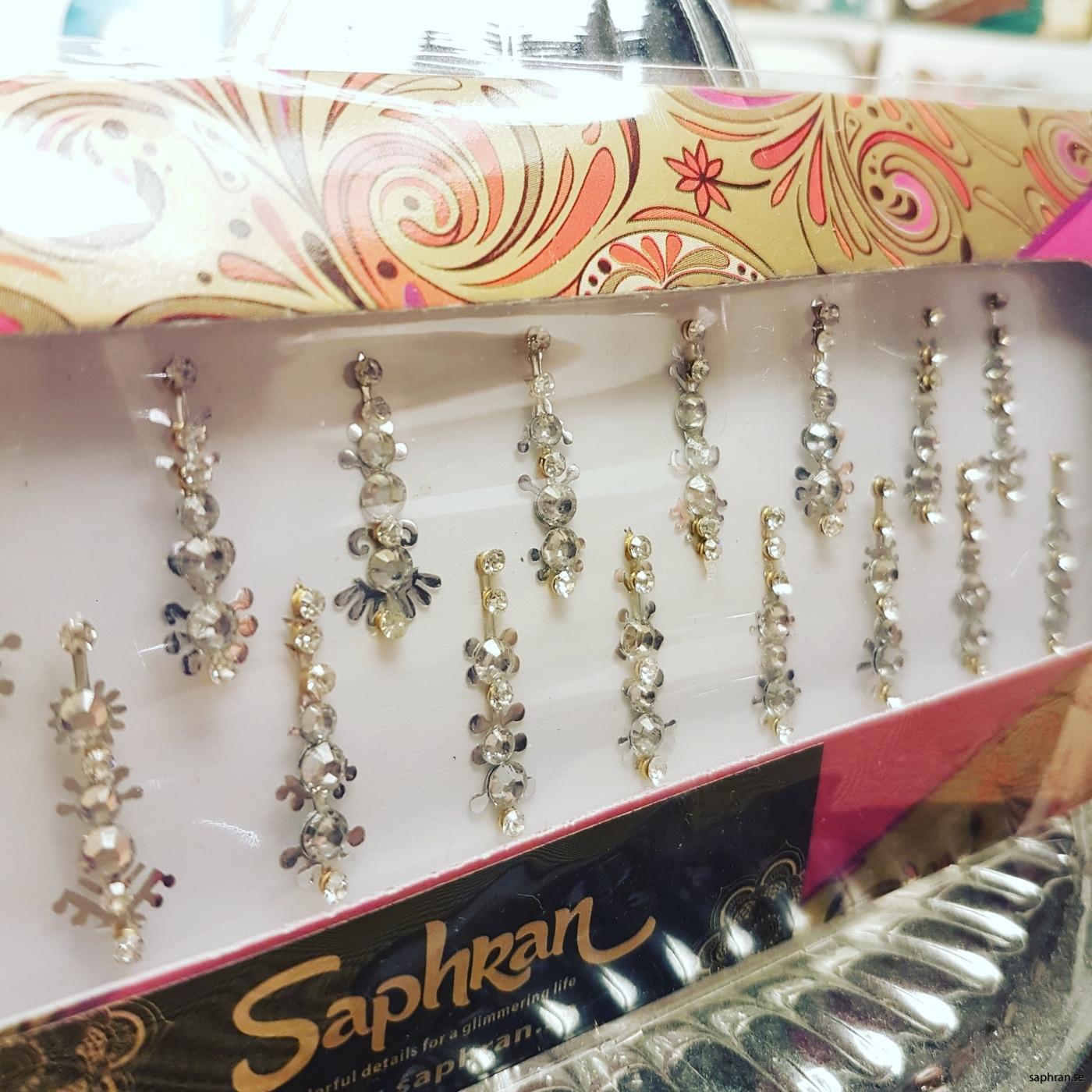 Ett silvrigt orientaliskt/indiskt smycke med silverdetaljer för fest