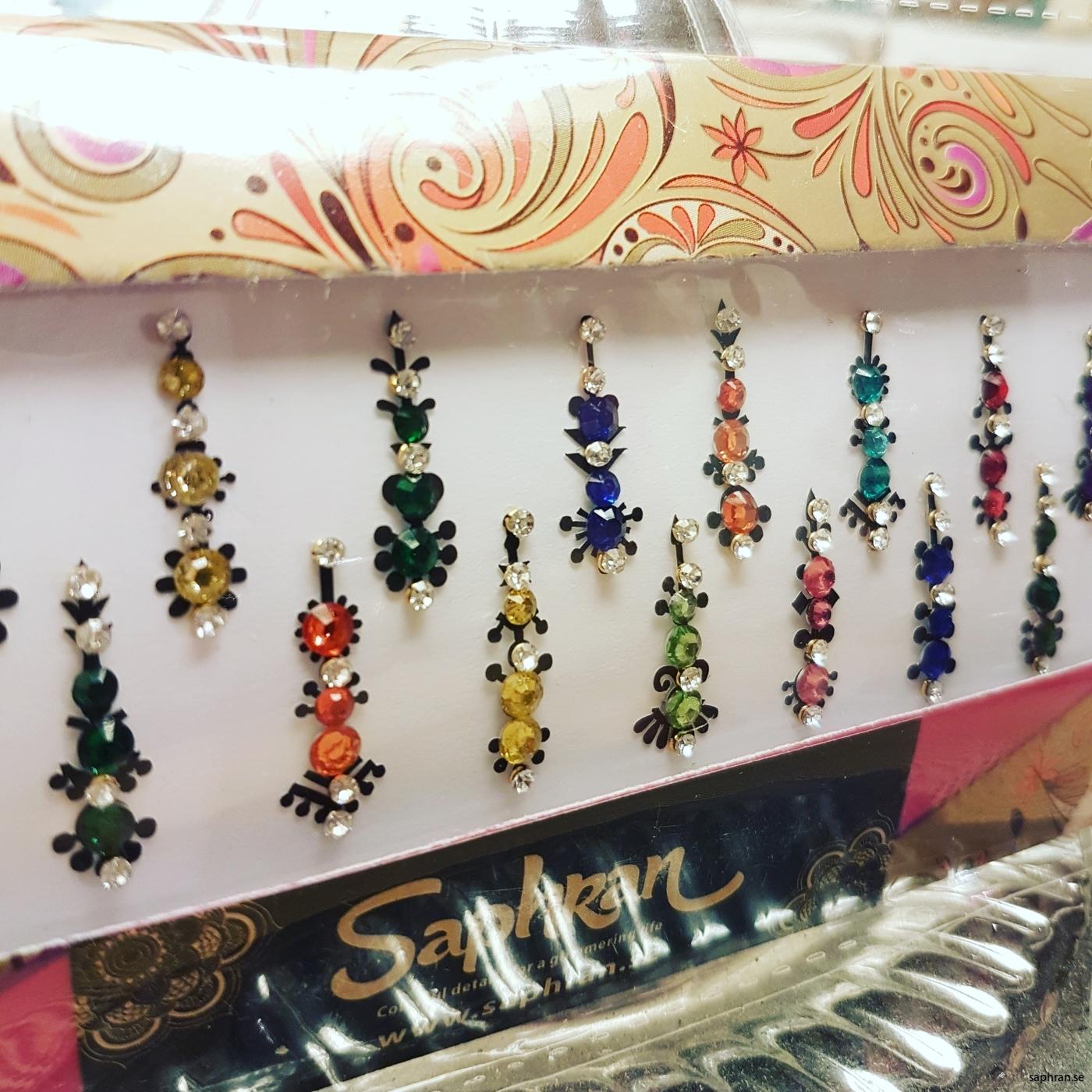 Ett multifärgat orientaliskt/indiskt smycke med silverdetaljer för fest