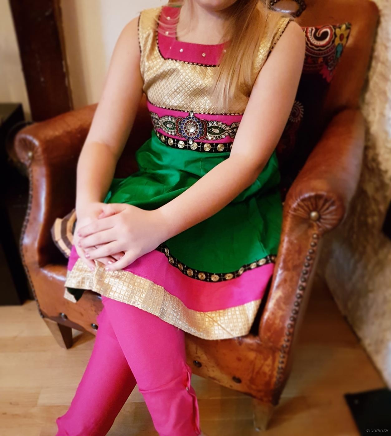 Ärmlös barnklänning med strass och färg