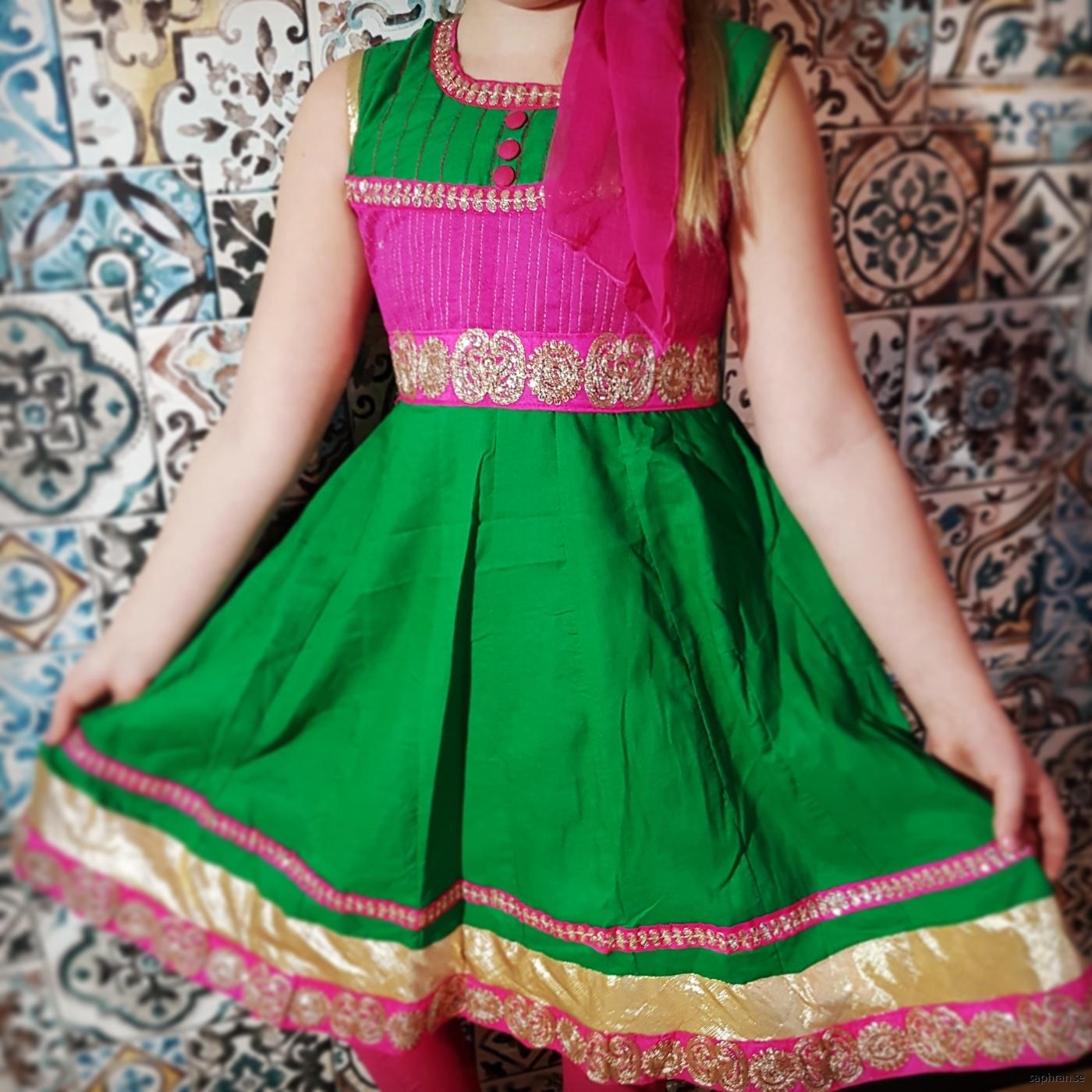 Färgglad ärmlös klänning perfekt för skolavslutning och andra festligheter