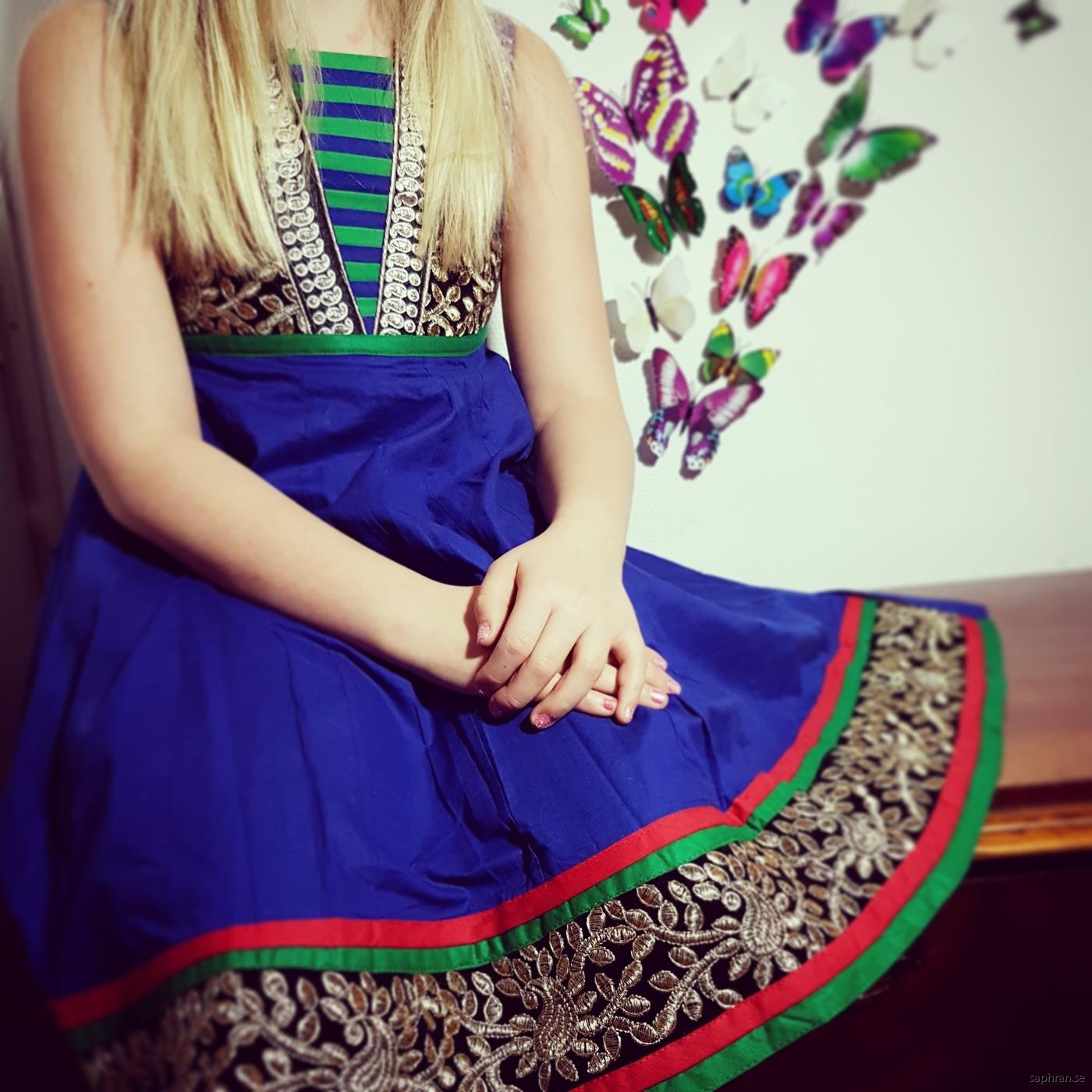 9163784d6cc Mörkblå barnklänninge med detaljrika detaljer med kantband och glitter Barnklänning  jul, nyår & fest - Aurora
