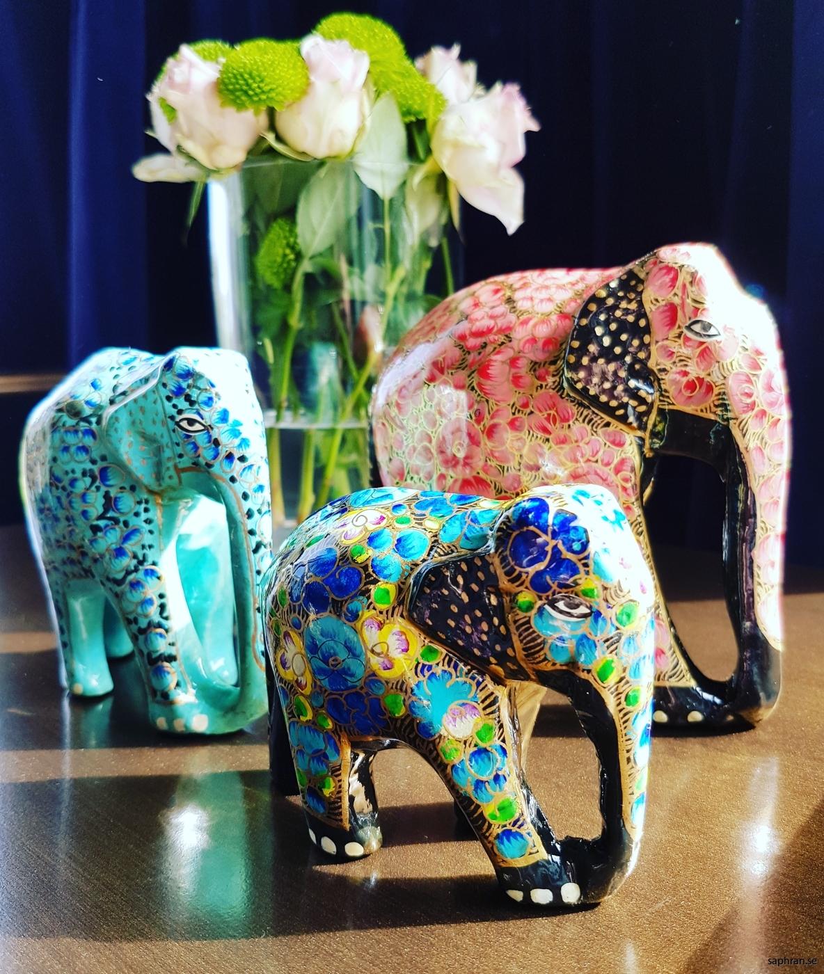 Fantastiska färgglada, handmålade elefanter från Indien