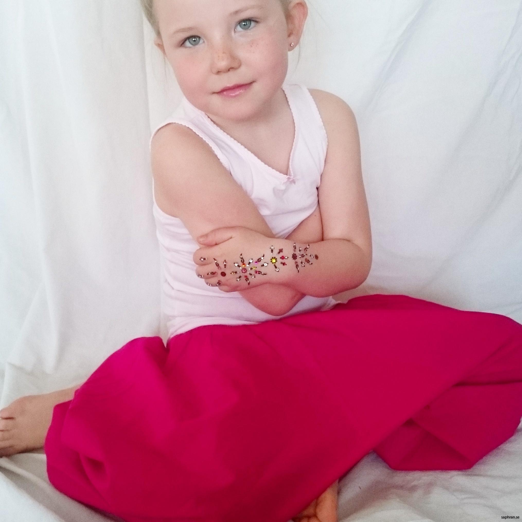 Vita haremsbyxor med mönster för barn. Perfekta sommarplagget för de små.