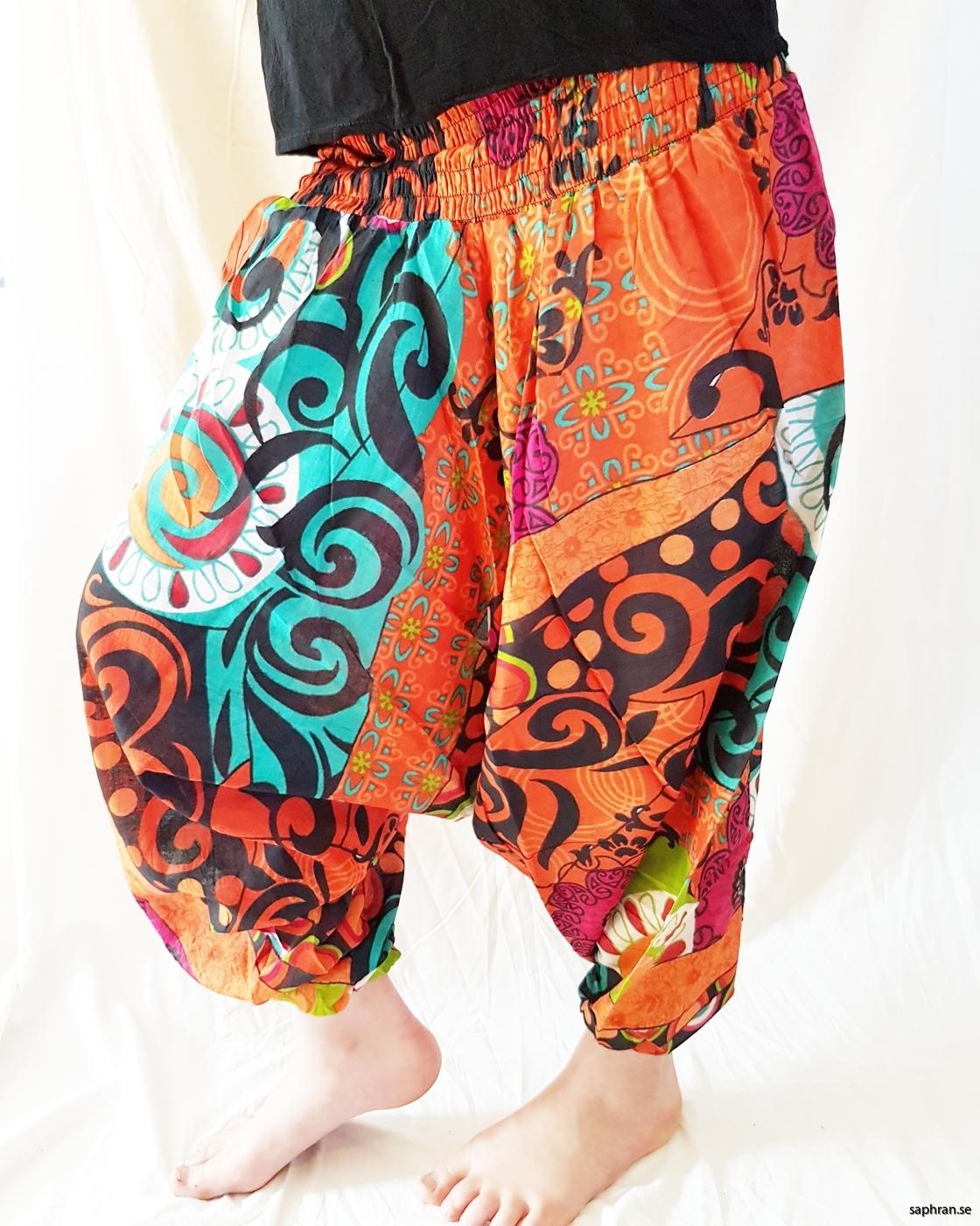 Orangea haremsbyxor med mönster för barn. Perfekta sommarplagget för de små.