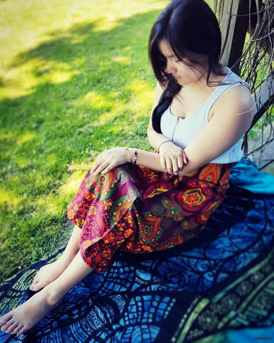 Omlottkjol med härliga färger och mönster, perfekt för sommarens fester.