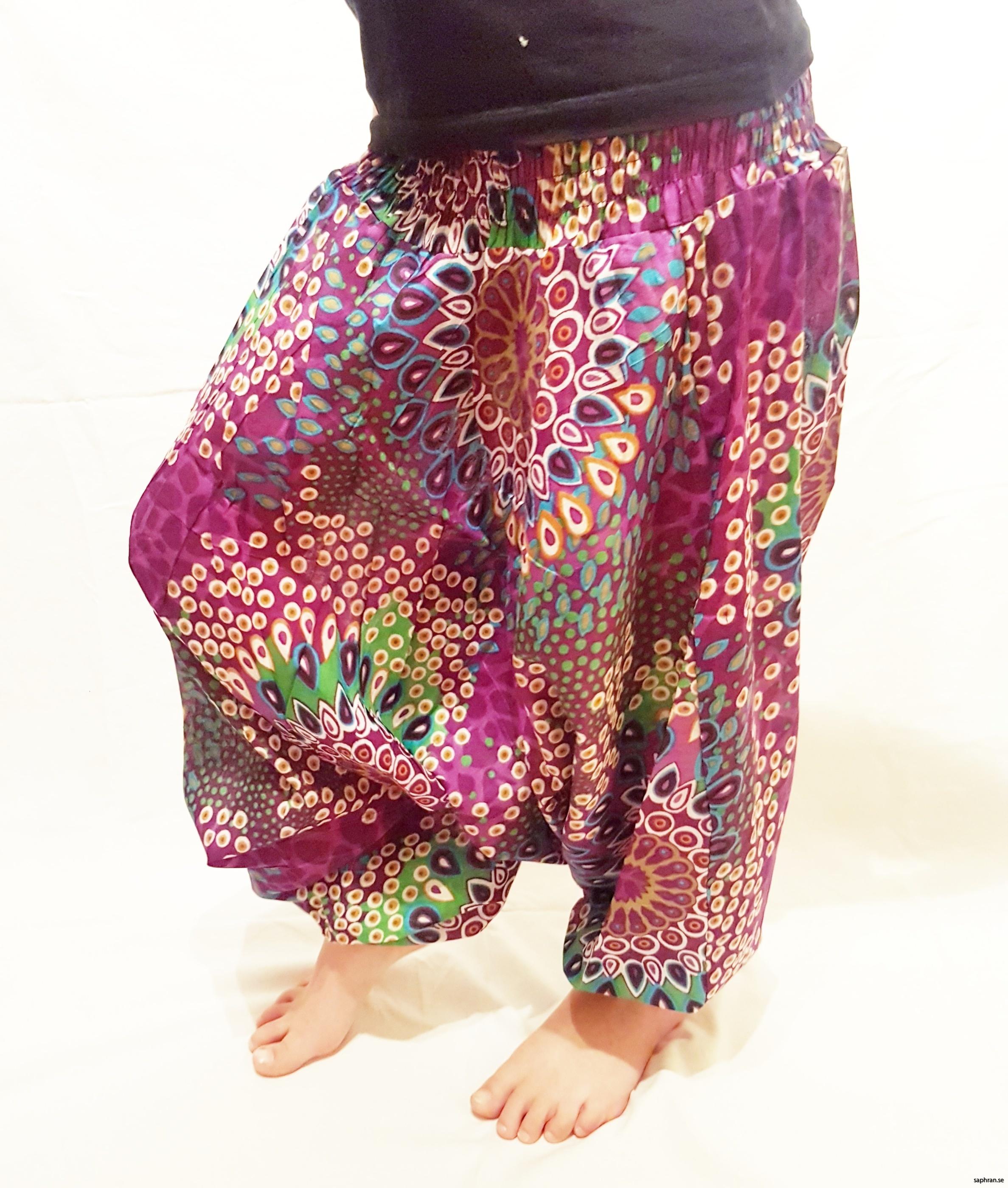 Färgglada haremsbyxor med mönster för barn. Perfekta sommarplagget för de små