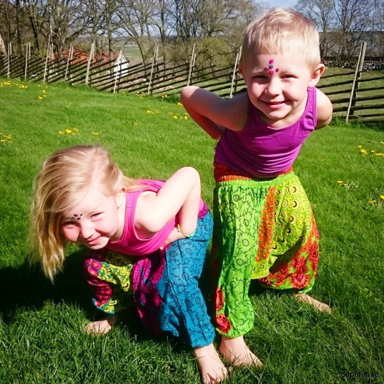 Gröna haremsbyxor med mönster för barn. Perfekta sommarplagget för de små.