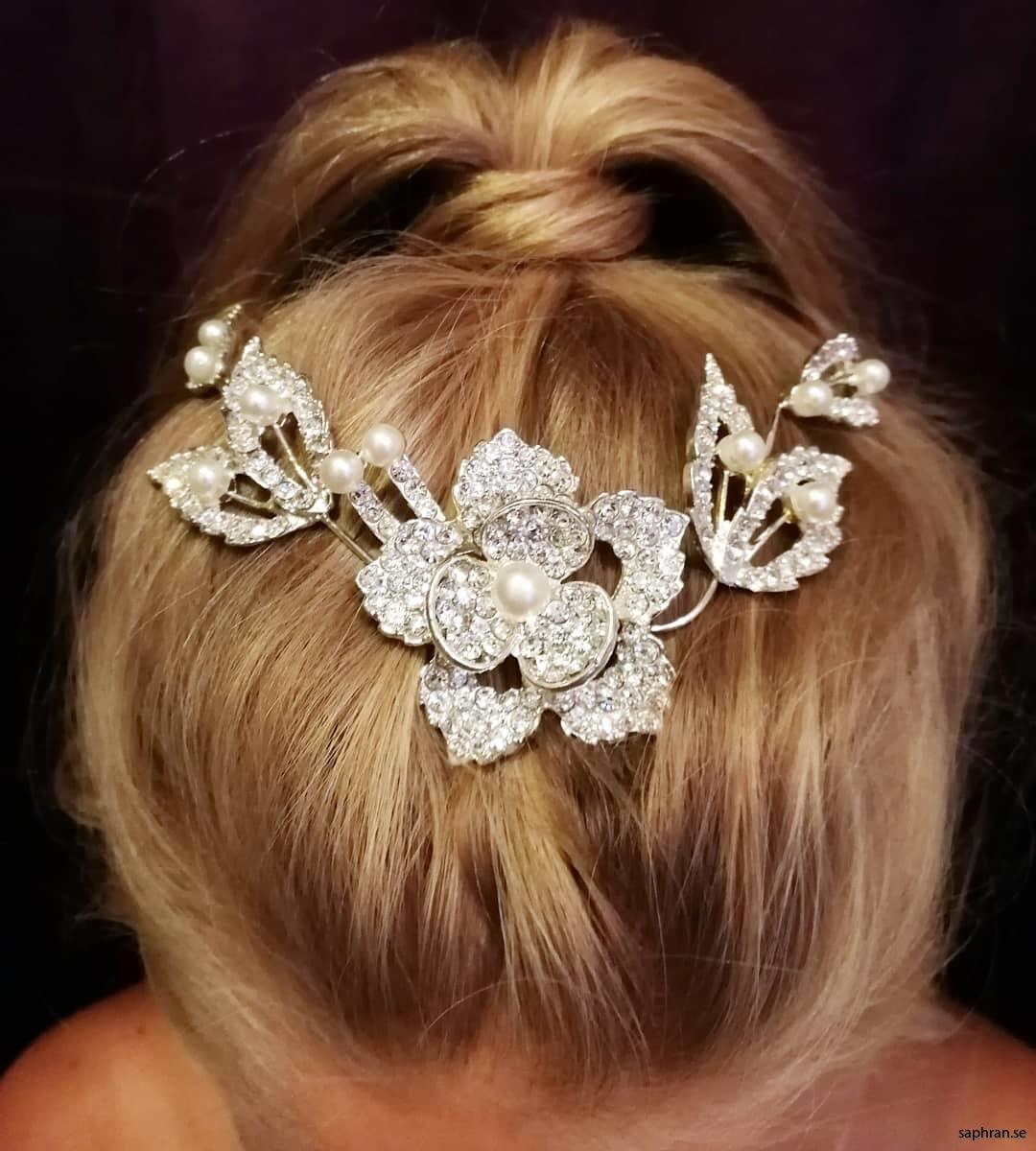 Håracessoar med pärlor och diamanter formade som blommor