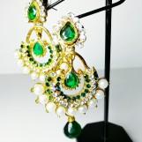 Örhängen gröna med stenar och pärlor