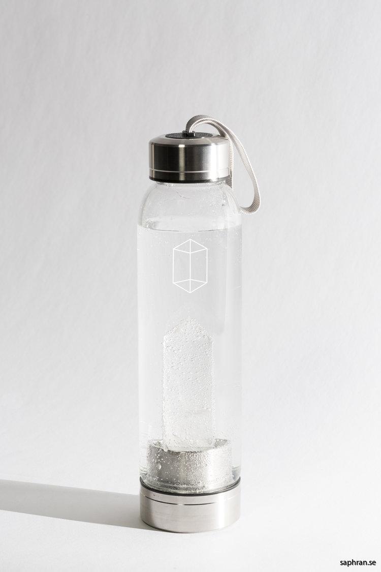 Glacce bergkristall komplett vattenflaska i glas full med vatten