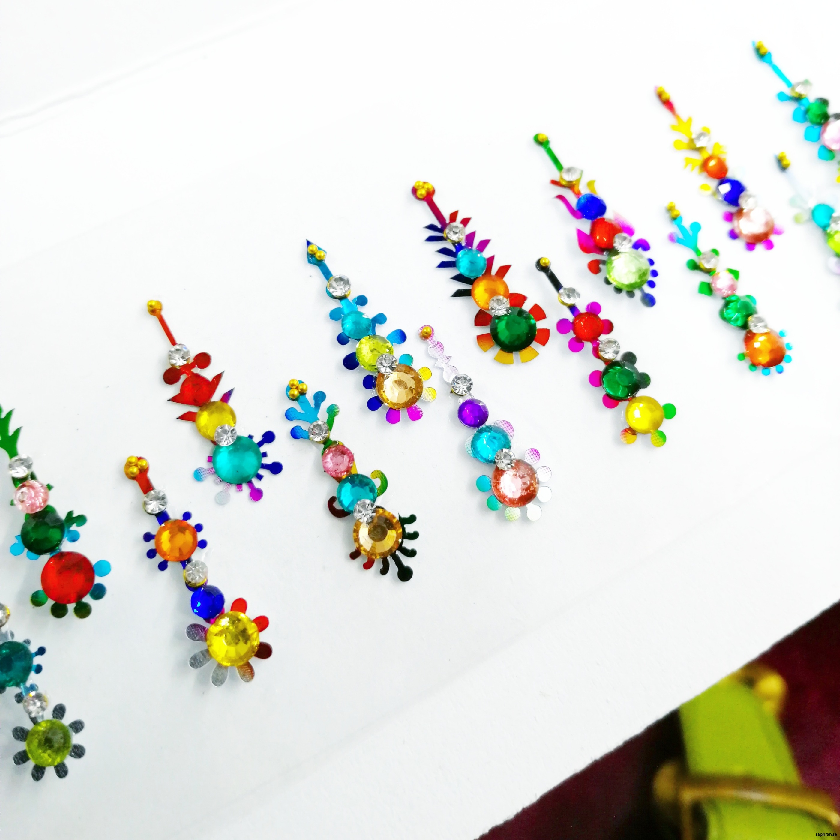 Ett multifärgat orientaliskt/indiskt smycke med färrgglada detaljer för fest