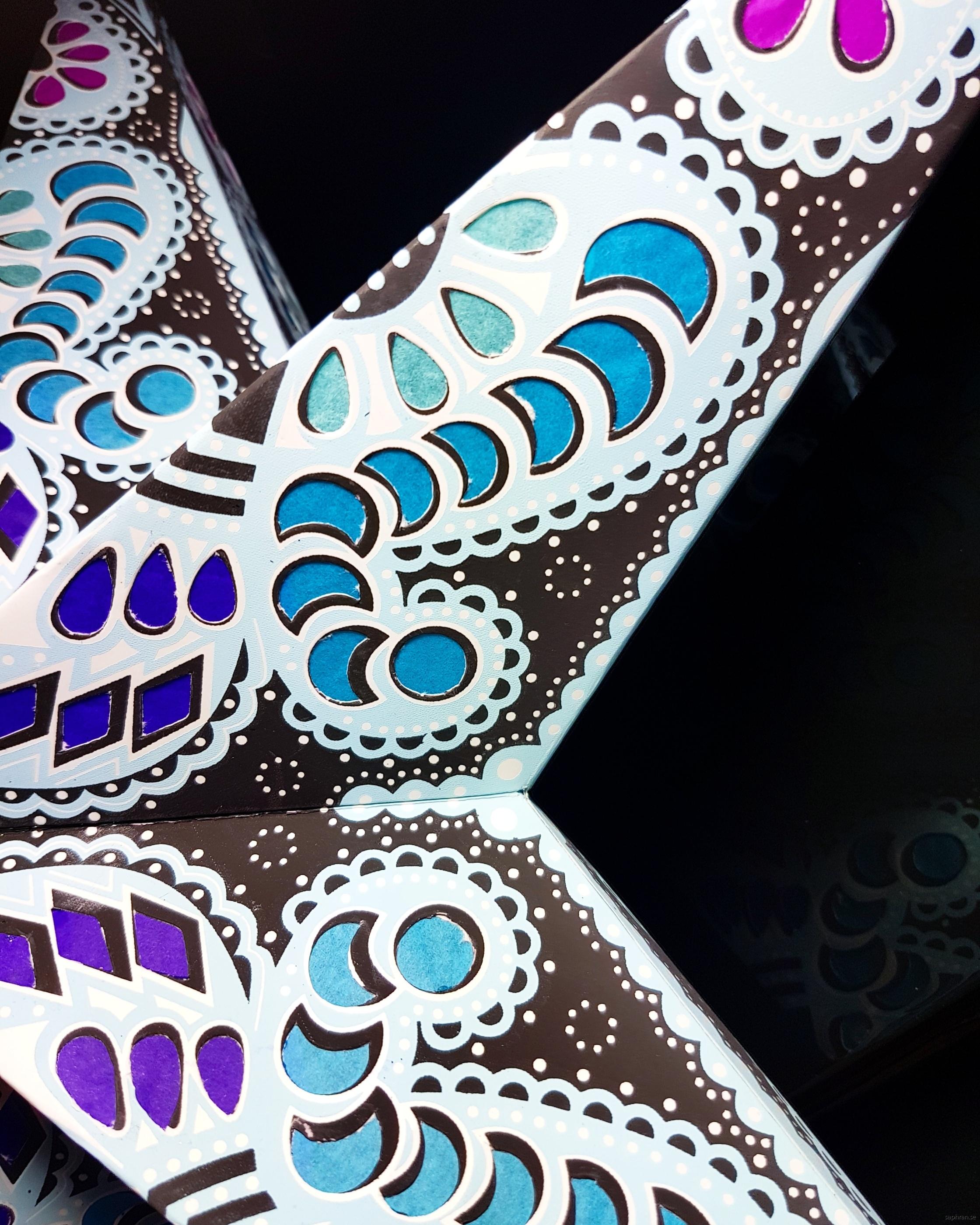 Orientalisk mönstrad julstjärna/adventsstjärna i papper. Tillverkad i Indien.